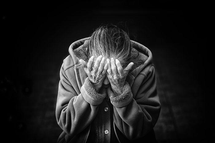 una señora en llanto por su poema feo que aún no le ha llegado
